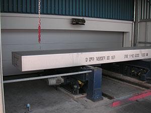 Sondersektionaltor, an den Bodenverlauf und die umgebende Technik angepasst